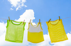 Le bébé vêtx la blanchisserie accrochant sur le clotheline pour le soleil sec ensuite Photos libres de droits