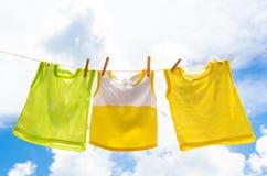 Le bébé vêtx la blanchisserie accrochant sur le clotheline pour le soleil sec ensuite Photographie stock libre de droits