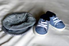 Le bébé vêtx le chapeau et les pantoufles de bébé Photo stock