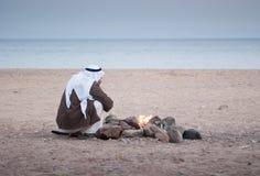 Le bédouin authentique sur la Mer Rouge s'assied par le foyer photo libre de droits