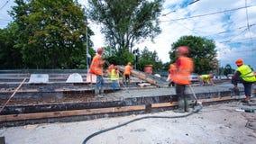 Le béton fonctionne pour la construction d'entretien des routes avec beaucoup de travailleurs et hyperlapse de timelapse de mélan banque de vidéos