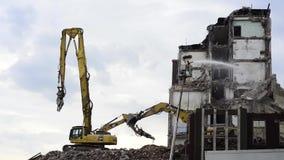 Le bêcheur démolissent le bâtiment banque de vidéos