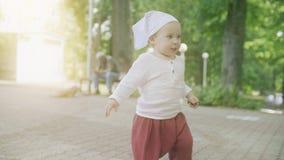 Le b?b? mignon marche en parc un jour ensoleill? d'?t? photos stock