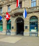 Le b?timent de Credit Suisse sur la place de Paradeplatz ? Zurich a d?cor? des drapeaux photographie stock