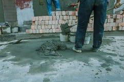 le b?ton se renversant avec le travailleur m?langent le ciment au chantier de construction image stock