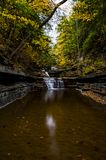 Le babeurre tombe parc d'état - Autumn Waterfall - Ithaca, New York images stock