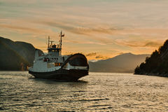 Le bac par le fjord Photos stock