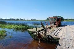 Le bac traverse un fleuve de dvina occidentale Photographie stock
