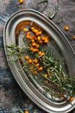 Le bacche dell'olivello spinoso su un metallo lanciano, fondo rustico Vista da sopra fotografia stock libera da diritti