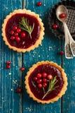 Le bacche inceppano le crostate decorate con il mirtillo rosso ed i rosmarini Immagini Stock Libere da Diritti