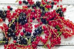 Le bacche mature fresche del ribes lanciano sul fondo di legno della tavola Fotografia Stock Libera da Diritti