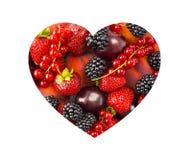 Le bacche nel cuore modellano isolato su un bianco La forma del cuore ha ordinato le bacche ed i frutti su fondo bianco Bacche mi Immagini Stock