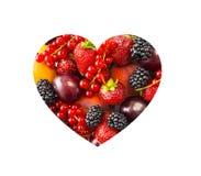 Le bacche nel cuore modellano isolato su un bianco La forma del cuore ha ordinato le bacche ed i frutti su fondo bianco Bacche mi Fotografia Stock Libera da Diritti