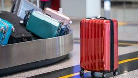 Le bagage des passagers sur la bande de conveyeur ? l'a?roport images stock