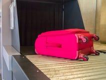 Le bagage entrent dans le scanner de bande de machine de rayon X Photographie stock
