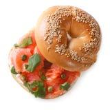 Le bagel avec les poissons rouges et le fromage à pâte molle a isolé la vue supérieure Photo libre de droits