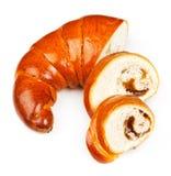Le bagel frais et savoureux avec la confiture a découpé des morceaux en tranches au-dessus de blanc Photo libre de droits