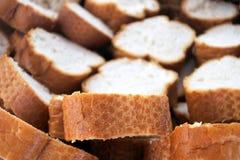 Le baguette del pane francese affettano il fondo fotografia stock