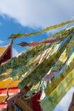 Le baht thaïlandais est sur le ciel bleu, dans le temple juste, la Thaïlande Photographie stock libre de droits