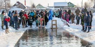 Le bain dans l'eau glaciale, le 24 janvier 2016 Photographie stock