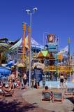 Le bain de foule arrose le terrain de jeux d'aventure dans le parc aquatique d'Aquatica Photographie stock libre de droits