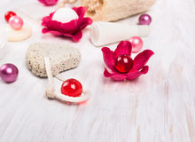 le bain a placé avec les boules roses d'huile, vue supérieure Photos stock