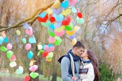 Le baiser d'homme et de femme la Saint-Valentin, l'arbre est esprit décoré Photo libre de droits