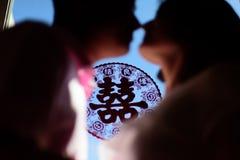 Le baiser de jeunes mariés à l'avenir, bâton au ` de bonheur de ` du ¼ ŒChina de glassï de fenêtre Photographie stock