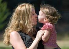 Le baiser de la mère Photo libre de droits