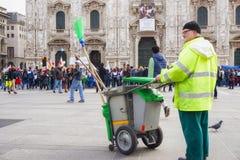 Le balayeur regardant des personnes joignant Al Domm d'Andem défilent en Milan Italy Photos stock