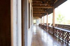 Le balcon est décoré du bois à la maison images stock