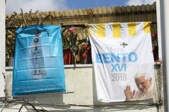 Le balcon portugais traditionnel accueille le pape Images libres de droits