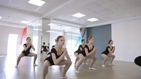 Le ballerine belle saltano con il loro istruttore in aula stock footage