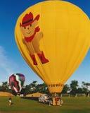 Le ballon à air chaud sont prêt pour effectuer le vol à l'exposition de ballon Images stock