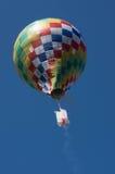 Le ballon d'air chaud vole dans le ciel Photos libres de droits