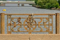 Le ballustrade rouillé de pont avec amour ferme à clef dans Liepaja, Lettonie Photo libre de droits