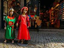 Le bambole si sono vestite in vestiti medievali nel centro storico di Carcassonne, una città della sommità in Francia del sud immagini stock libere da diritti