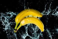 Le banane innaffiano la spruzzata fotografia stock libera da diritti