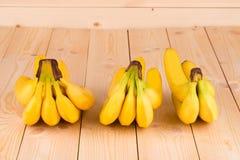 Le banane si chiudono su su fondo di legno Immagine Stock Libera da Diritti