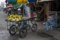Le banane sono presentate per la vendita su un triciclo in una via di Ho Chi Minh City fotografia stock