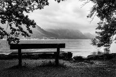 Le banc au lac Photo stock