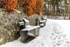 le banc a couvert la neige de stationnement Images stock