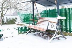 Le banc en bois est tout couvert de neige photos stock