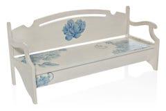 Le banc en bois a peint le blanc avec un modèle des fleurs bleues Images stock