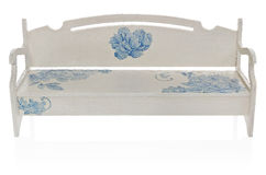 Le banc en bois a peint le blanc avec un modèle des fleurs bleues Photographie stock libre de droits