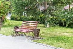 Le banc en parc, détendent après une dure journée Photographie stock