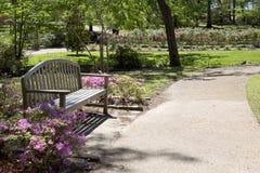 Le banc et l'allée conçoivent en parc rose Tyler Photos libres de droits