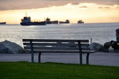 Le banc sur le point du parc photographie stock libre de droits