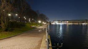 Le banche del fiume di Alster a Amburgo alla notte Fotografia Stock