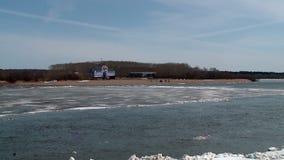 Le banchise galleggiano sul fiume in primavera durante la deriva del ghiaccio archivi video